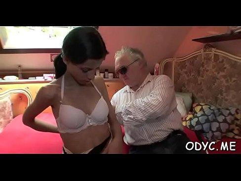 Horny jeune fille donne un vieux stud belle pipe et baise
