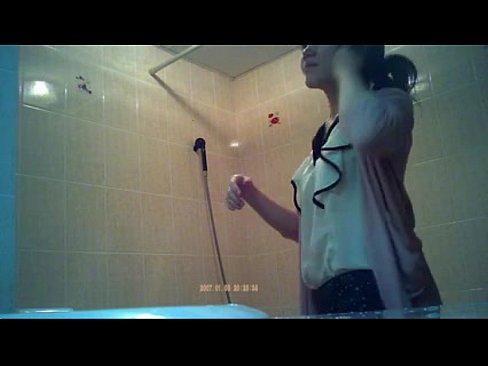 em gái đeo kính xinh xắn đang tắm phim sex 4