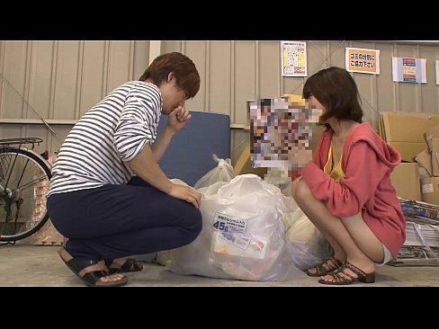 家庭主婦出門倒垃圾被鄰居襲乳,不如回家認真摸!
