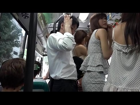 老實男在公車上碰到了前面美女的屁股,硬了.美女轉過頭