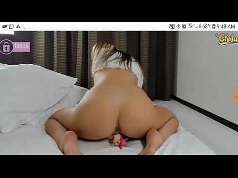 Chica delgada de gran culo se masturba para la web cam