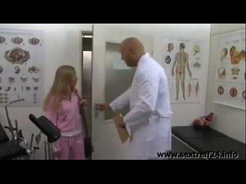 Blondes williges Mädchen beim Doktor ausgenutzt->