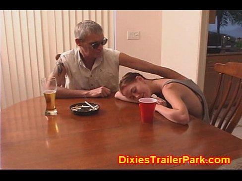 父親給女兒下藥,等女兒睡著了捅破她的處女膜!