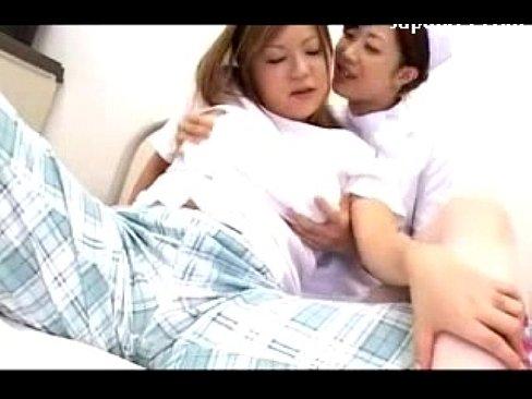 女同性戀護士姊姊開發巨乳女病患 深吻摸乳…