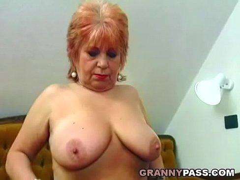 Granny fucks her old pussy with banana