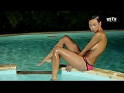 Libertinages Cute girl stripping in a swimming pool