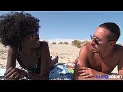 Ils baisent sur une plage nudiste [Full Video