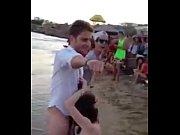 brasilera trolita chupandola en la playa adelante de la gente
