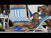 【ウホ】周りに人が大勢いるプールのビーチチェアでオナニーしちゃうイカツイ兄貴を隠し撮り♂【無】