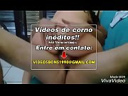 Mulher do corno sentando gostoso no pau do amante no sof&aacute_ corno filmando
