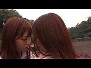 (みずなれい 源すず)学校の屋上で制服姿の美少女女子高生の二人が好きだと告白して愛し合う…美しい接吻、乳首を唇に含み…