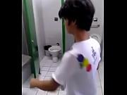 Novinho lindo tirando blusinha apertada no banheiro, gostoso!!