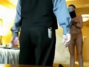 Hermosa dama mostrandose desnuda frente al servicio del hotel