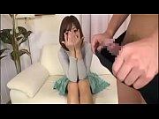 【若妻 を見る】男性の勃起したチンポに興奮を抑えられなかった人妻さんが自らチンポをしゃぶってハメちゃうw