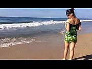 gatita stoner paseando en la playa