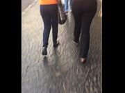 Duas gostosas andando no centro de legging