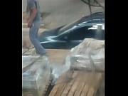 Obreros bajando material del camion