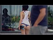 Sk8girl de micro-shortinho na rua