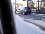 putita anda en moto mostrando la colita