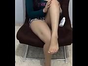 chica mostrando sus bellos pies