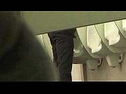 Maduro negro banheiro mijando