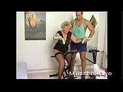 Baba De 80 De Ani Se Fute Intr-Un Salon De Fitness Cu Antrenorul Personal