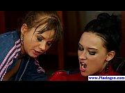 Pissdrinking babes enjoy a lesbian threeway