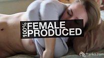 Блондинка с натуральной грудью очень любит вагинальный массаж
