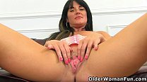 English milf Leah's fanny is begging for attention