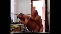 vovô coroa e amigo fudendo na cozinha