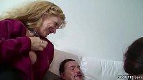 Mutter und Vater helfen Stief Tochter mit ihrem ersten Fick Vorschaubild