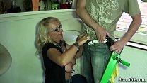 Fremder Typ darf Mutter ohne Gummi ficken als Bezahlung Vorschaubild