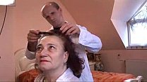 Find out why Granny likes getting her hair done - xHamster.com Vorschaubild