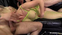 Hot blonde gangbanged in her living room Vorschaubild