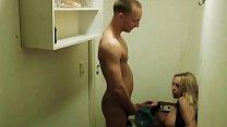Geile MILF fickt den jungen Lieferanten in Nebenraum Vorschaubild