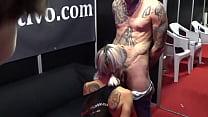 Esta chica va casi desnuda al concierto y le ha... Thumbnail