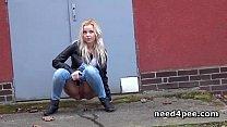 Amateur girl hides behind a wall to take a pee Vorschaubild