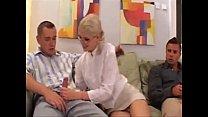 Порно видео 1 блондинка и три парня
