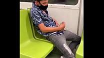 Máscarado batendo punheta no metro