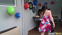 Encuentra a su hija teniendo sexo le roba el novio a su mamá thumbnail