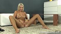 Platinum blonde wants one in the ass and one in her pussy Vorschaubild