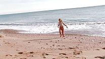 Ночная фотосессия на пляже голубоглазой блондинки в синим купальнике