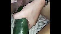 Arrombando a buceta da minha putinha com um pepino gigante!