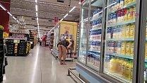 Cristina Almeida se exibindo no supermercado extra freguesia do ó em São Paulo pela segunda vez, com o marido filmando escondido.