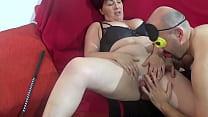 italian mistress sottomette e spompina il servo صورة