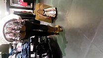 Nena con minifalda exhibiendose en tienda sin calzones