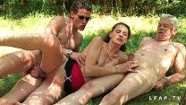 Amatrice brunette francaise baisee dans un plan a trois en pleine campagne - Download mp4 XXX porn videos