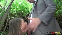 Brunett MILF im freien Anal gefickt thumbnail