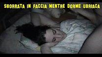 Sborrata in faccia mentre dorme ubriaca
