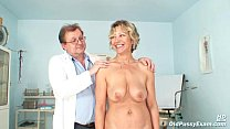 Vanda has her horny mature pussy opened by spec...